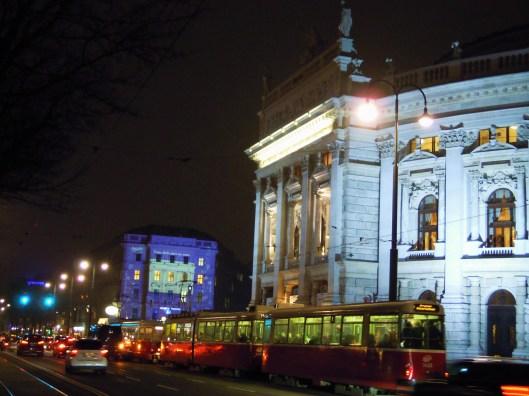 Burgtheater, a la derecha de la foto